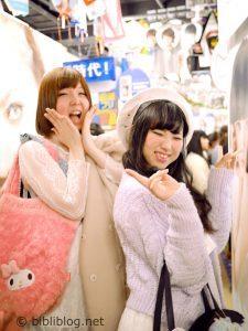 Jeunes filles devant un puricula, Tokyo, Japon
