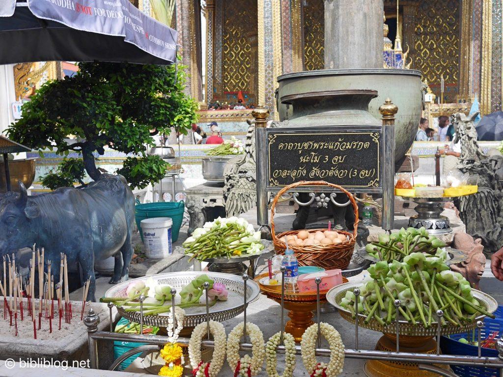 Thaïlande Bangkok palais impérial galerie Bouddha émeraude offrandes